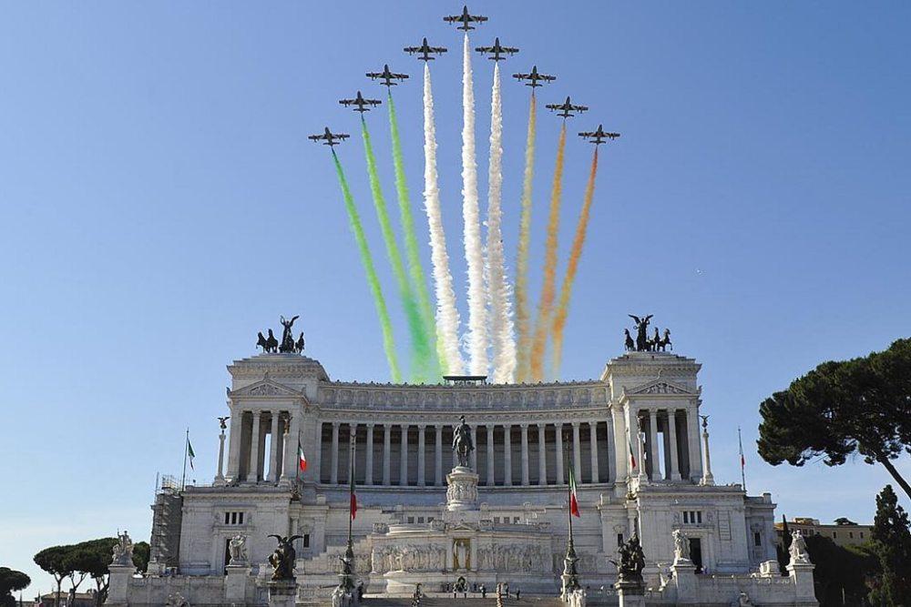 frecce_tricolori_sorvolano_altare_della_patria.jpg