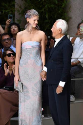 MILAN, ITALY - SEPTEMBER 21: Giorgio Armani holds hands with a model during the finale of the Giorgio Armani show during the Milan Fashion Week Spring/Summer 2020 on September 21, 2019 in Milan, Italy. (Photo by Daniele Venturelli/Daniele Venturelli/WireImage )