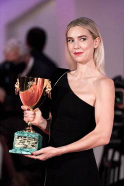 VENICE, ITALY - SEPTEMBER 12: Vanessa Kirby poses with the Coppa Volpi for best actress following the closing ceremony at the 77th Venice Film Festival on September 12, 2020 in Venice, Italy. (Photo by Alessandra Benedetti - Corbis/Corbis via Getty Images)