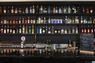 toma-ristorante-roma-il-bancone-e-la-bottigliera