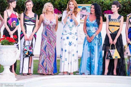 Patrizia Pellegrino, Milena Miconi, Eleonora Altamore insieme alle modelle