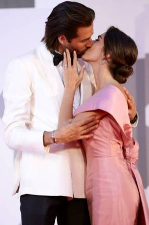 """VENICE, ITALY - SEPTEMBER 07: Gianmarco Tamberi kisses Chiara Bontempi during the red carpet of the movie """"Qui Rido Io"""" during the 78th Venice International Film Festival on September 07, 2021 in Venice, Italy. (Photo by Vittorio Zunino Celotto/Getty Images)"""
