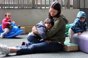 Child care worker with young children (Photo by Elizabeth del Rocío Camacho)