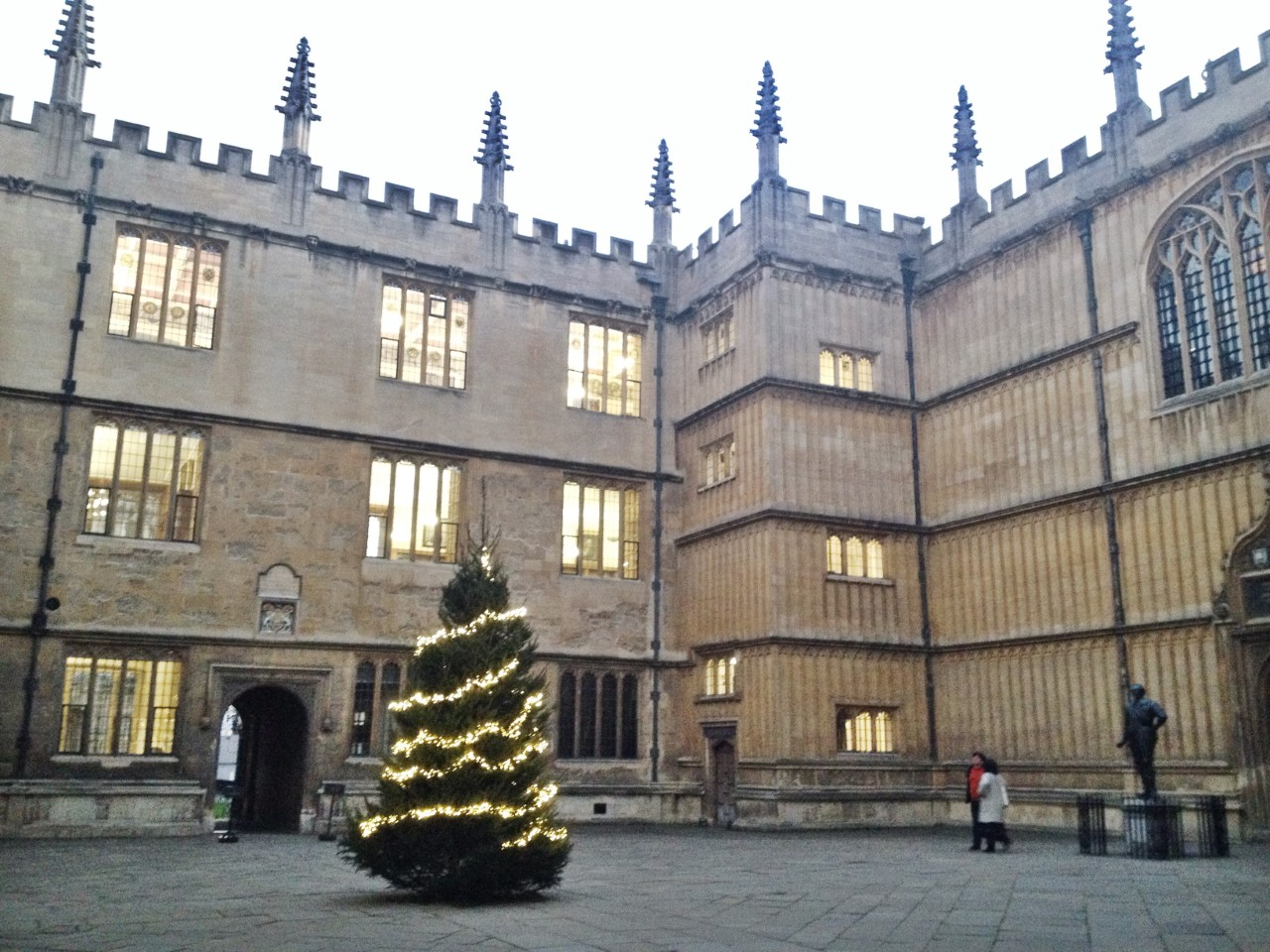https://i1.wp.com/blogs.bodleian.ox.ac.uk/oxfordtrainees/wp-content/uploads/sites/133/2016/12/Bod-Christmas-Tree-1.jpg