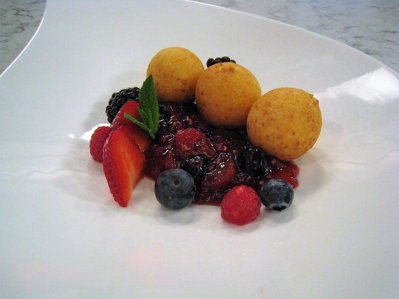 Buñuelos de queso con frutos rojos