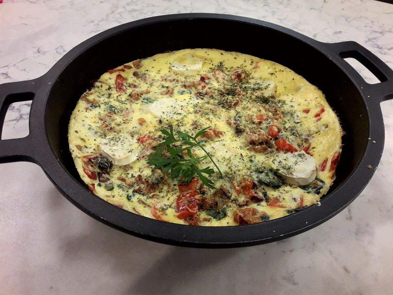 Fritura de verduras con carne y huevo