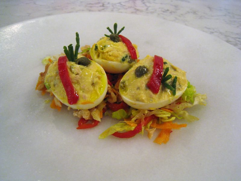 Huevos rellenos con encurtidos