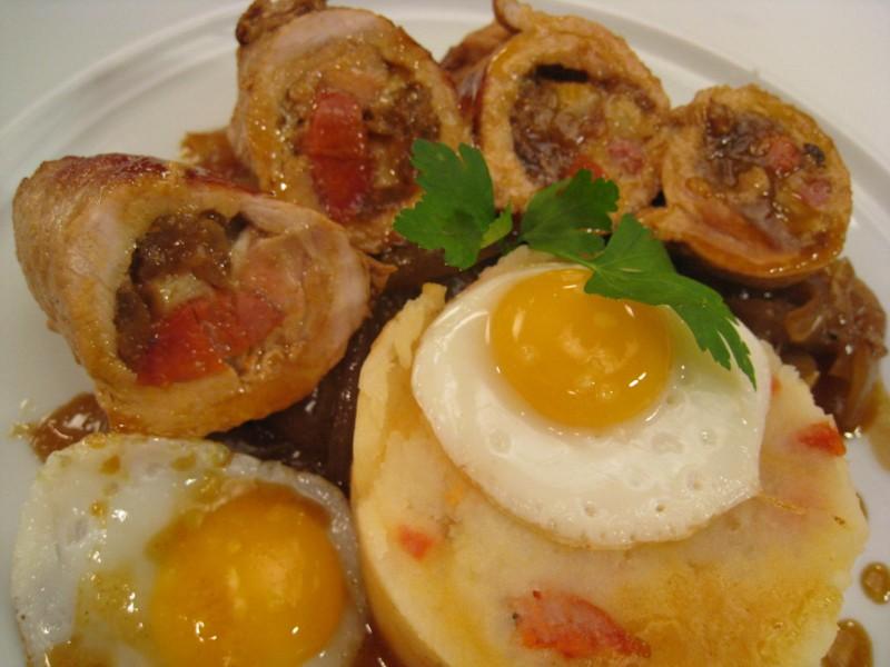 Lomo con patatas, chorizo y huevo