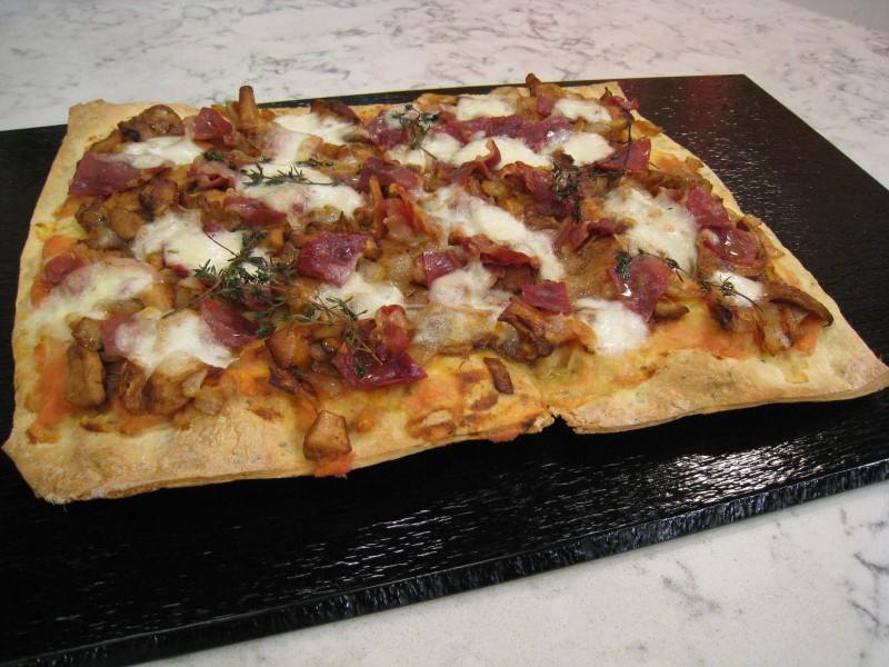 Pizza crujiente de setas con jamón