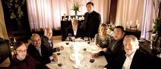 La taula del sopar de xefs: Wyllie Dufresne, Alfred Portale, Tom Colicchio, Eric Ripert, David Chang i Jonathan Waxman amb els actors Victor Slezak (Enrico) i Kim Dickens (Jeanette Desatuel)