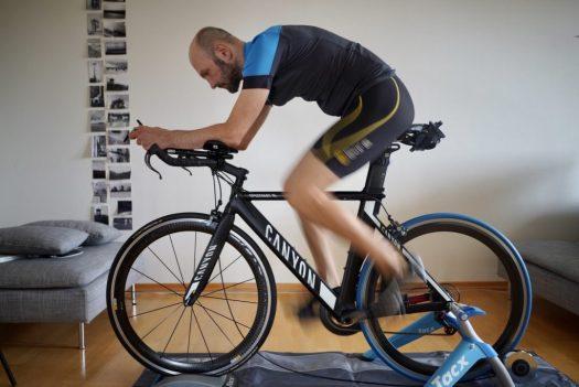 Ironman im Wohnzimmer: Nils fährt auf einem Rollentrainer