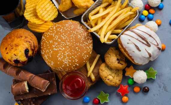 """I cibi trasformati ricchi di grassi e carboidrati stimolano il """"Centro della gratificazione del nostro cervello"""" più di tutti gli altri"""