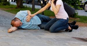Cara Menolong Orang yang Terkena Serangan Jantung
