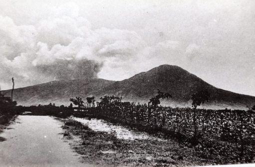 Fotografía del volcán de San Salvador en su última erupción en junio de 1917