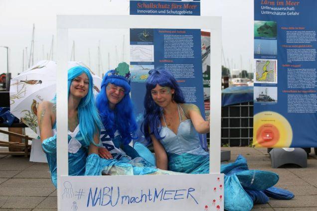 Unsere Meerjungfrauen sind zwar schön anzusehen, aber ihre Botschaft ist unschön: Stopp mit der Vermüllung unserer Meere! – Foto: NABU/Volker Gehrmann