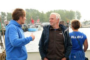 Staatssekretär des Bundesumweltministeriums Jochen Flasbarth (re.) im Gespräch mit NABU-Meeresschutz-Experte Kim Detloff - Foto: NABU/Volker Gehrmann