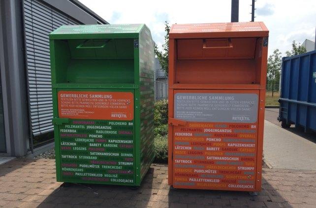 Ausgediente Kleidung wird im Altkleidercontainer gesammelt. - Foto: NABU/Verena Bax