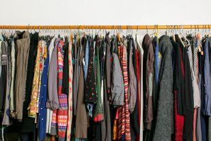 Kleiderstange voll Klamotten.