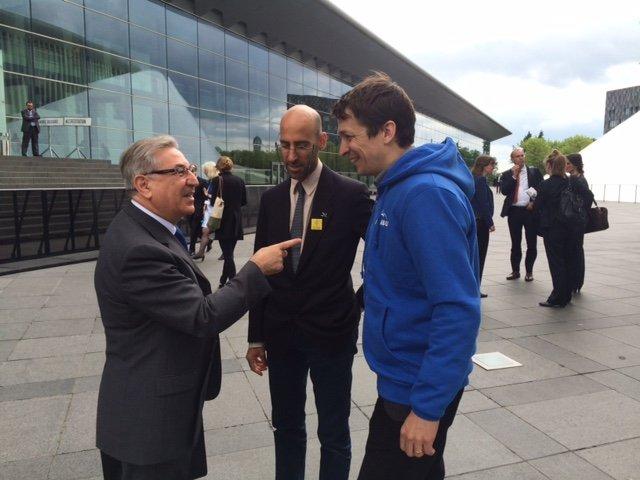 Der Umweltkommissar muss viel Kritik einstecken, hier im Gespräch mit Konstantin Kreiser vom NABU und Ariel Brunner von BirdLife. Er scheint nicht das Problem zu sein. Wer dann, Herr Juncker?