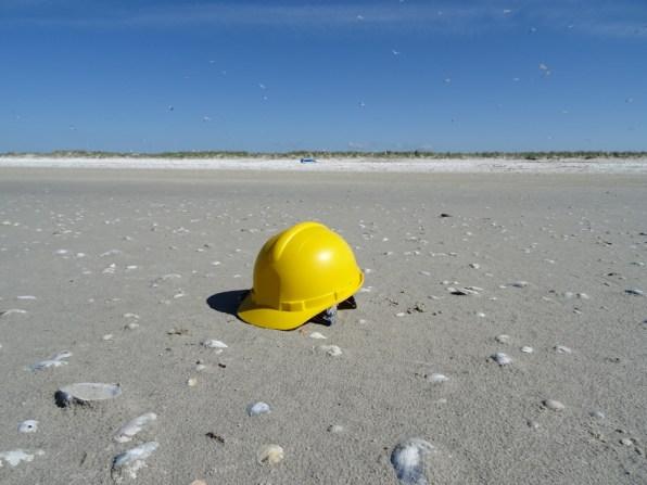 Der robuste Kunststoff aus dem Helme gemacht sind benötigt sehr viel Zeit um zu zerfallen