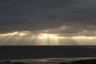 Lichtstrahlen über dem Meer (Foto: Tore J. Mayland-Quellhorst).