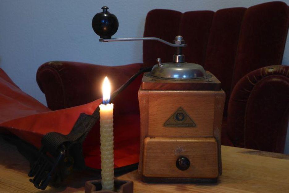 Kaffeemühle und Kerze wollen mit ins Gepäck (Foto: T. Mayland-Quellhorst)
