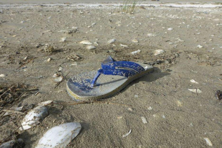 Gruß des Sommers: Flip-Flop angespült am Strand von Trischen (Foto: Tore J. Mayland-Quellhorst).