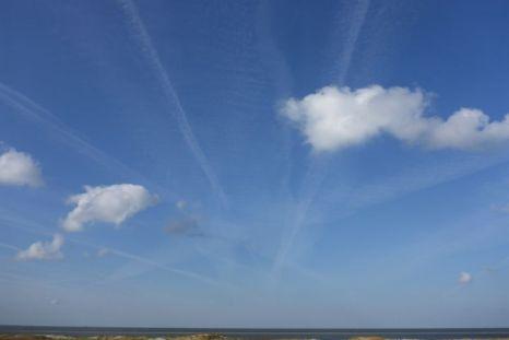 Wolken menschlichen Ursprungs: Kondensstreifen (Foto: Tore J. Mayland-Quellhorst).