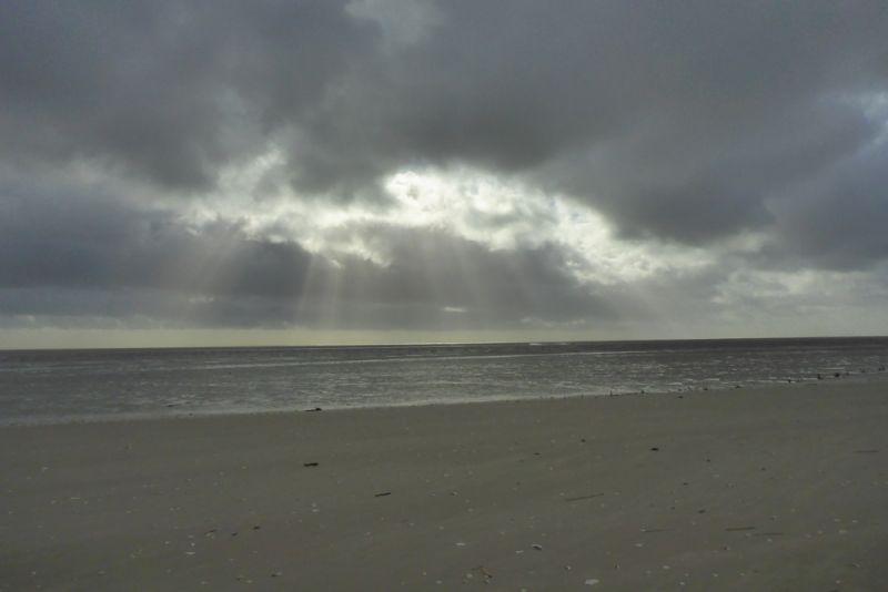 Wolken über dem Watt (Foto: Tore J. Mayland-Quellhorst).