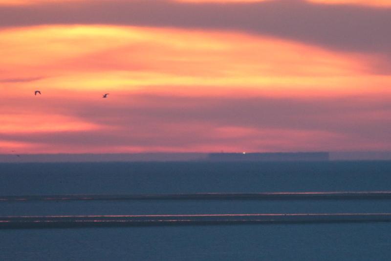 Zum Sonnenuntergang erscheint Helgoland als Fata Morgana am Horizont (Foto: Jonas Kotlarz)