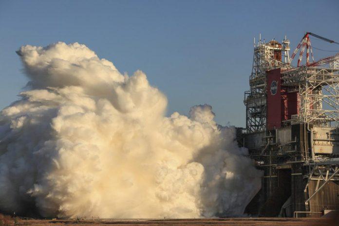 O estágio do núcleo do SLS ganha vida durante o teste de fogo quente Green Run