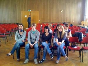 Diese jungen Menschen haben bei einem Gedichtwettbewerb Karten für meine Oper gewonnen. Sie wissen noch nicht, was sie erwartet.