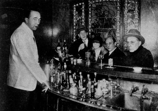 Von links: Der Maler Oskar Kokoschka, Gertrude Schönberg, Arnold Schönberg und der Architekt Adolf Loos in der Bristol Bar, Berlin 1927