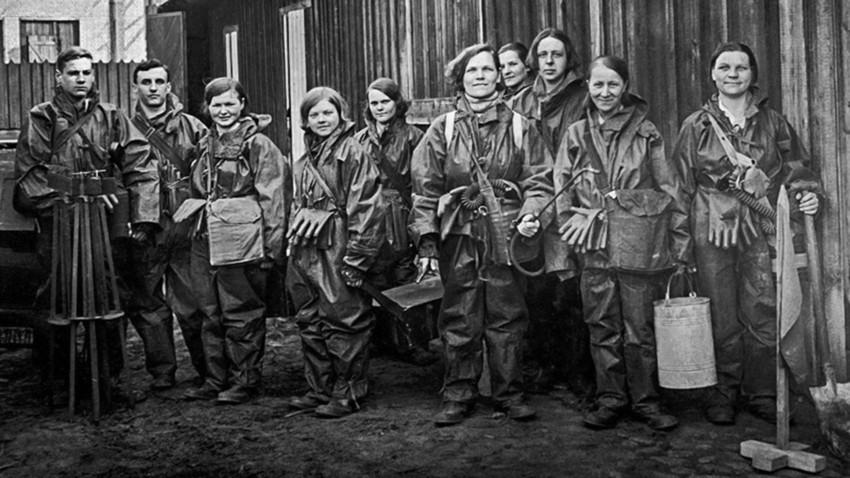 Jçvenes soviéticos, con trajes de protección.