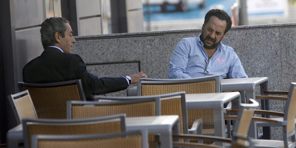 El ex vicepresidente de la Generalitat Victor Campos, charla con Álvaro Perez en la terraza de un hotel. / El Mundo/ José Cuéllar