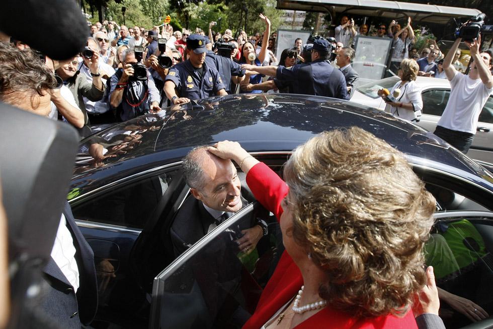 La alcaldesa de Valencia, Rita Barberá, ayuda al President de la Generalitat, Francisco Camps, a introducirse en su coche, después de salir del TSJ donde este último declaró por el caso Gürtel. (20/05/2009) / El Mundo/Benito Pajares