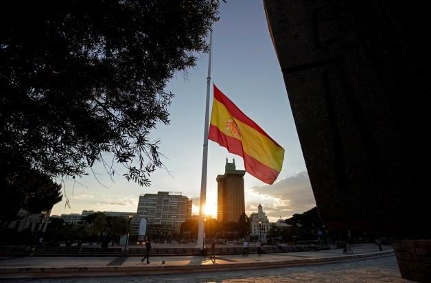 La bandera de España ondea a media hasta en la madrileña Plaza de Colón, durante el luto nacional decretado por las víctimas de la pandemia del coronavirus. REUTERS/Juan Medina