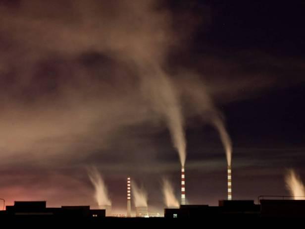 Vista de una central térmica de noche. EFE