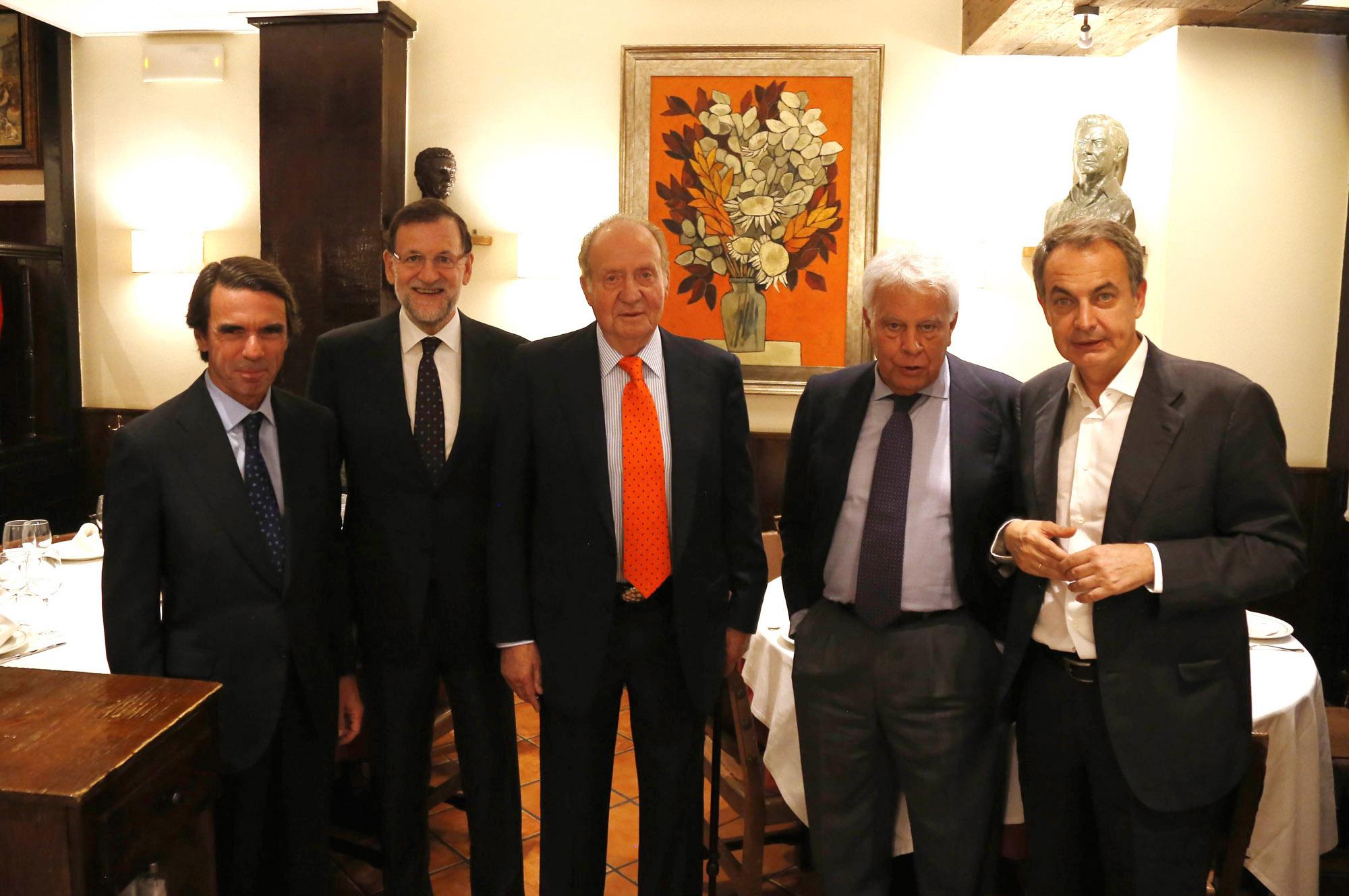 Fotografía de julio de 2015, del rey Juan Carlos, acompañado por el entonces presidente del Gobierno, Mariano Rajoy, y los expresidentes José María Aznar, Felipe González y José Luis Rodriguez Zapatero, durante una cena privada en un conocido restaurante madrileño. EFE