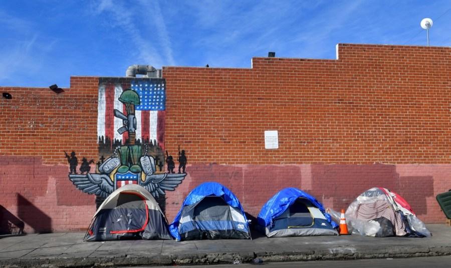 Tiendas para sintecho alineadas en una calle de Los Ángeles (California, EEUU). AFP/Frederic J. Bown