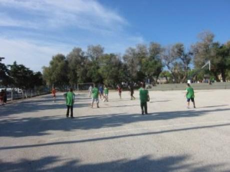 Παίζοντας ποδόσφαιρο.