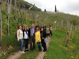 Natural Painting Workshop in Italy! Workshop praticipatns get inspiration by exploring Italian vineyards