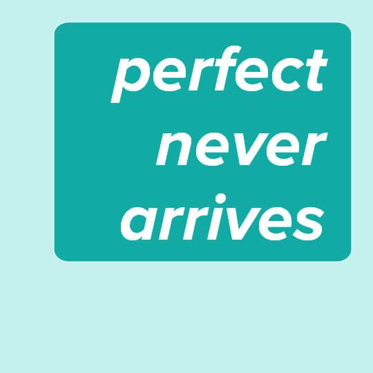 """""""Perfect never arrives"""" ist der Text in weissen Buchstaben auf grünem Hintergrund"""