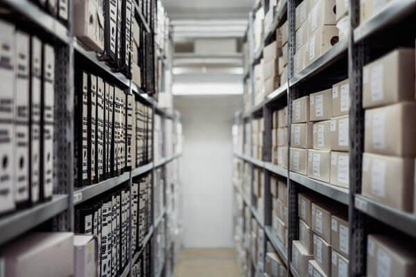 Ein Zimmer voll von archivierten Dokumenten