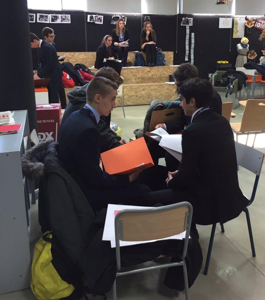 Los jóvenes preparando sus intervenciones