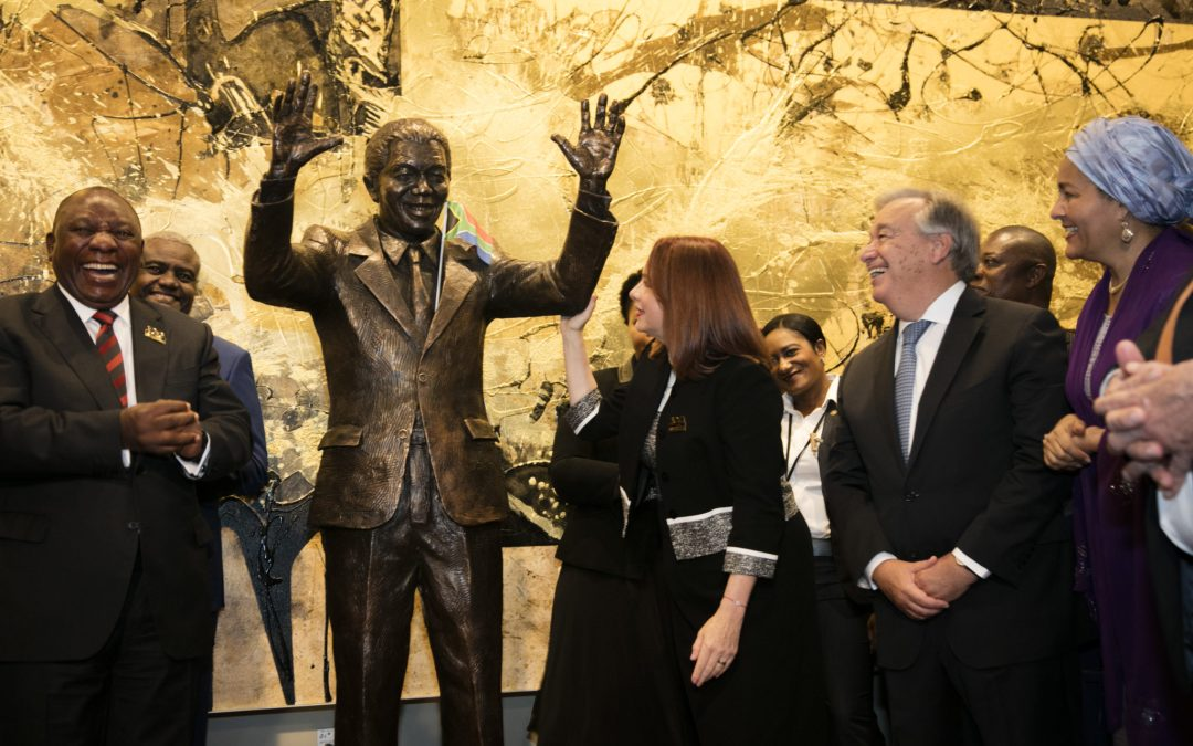 Matamela Cyril Ramaphosa (left), President of the Republic of South Africa, share a laugh with María Fernanda Espinosa Garcés (third from right), President of the seventy-third session of the General Assembly, Secretary-General António Guterres (second from right), and Deputy Secretary-General Amina Mohammed, after unveiling the Nelson Mandela Statue gifted to the United Nations by the Republic of South Africa.
