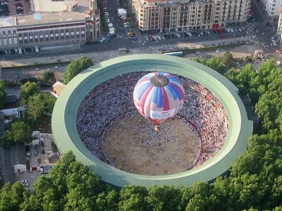 Globo sobrevolando la plaza de plaza Pamplona en San Fermines.