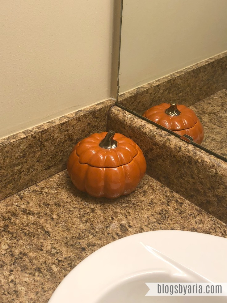 Fall decor touches in the powder room