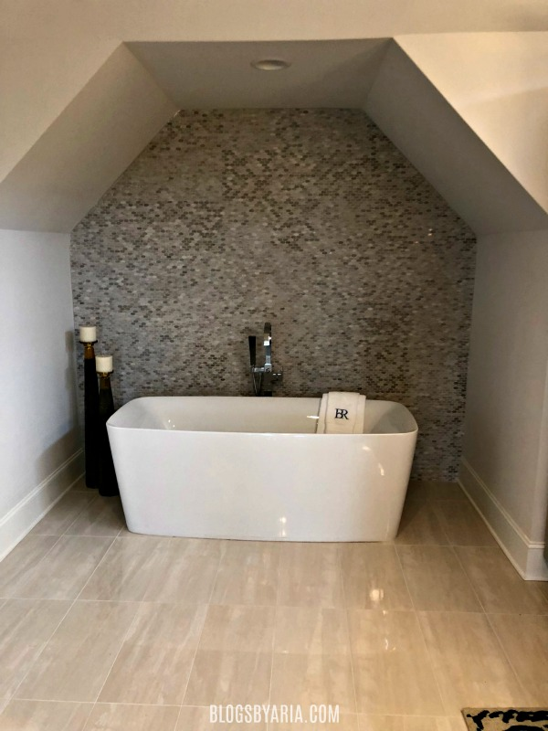 spa like bathtub alcove