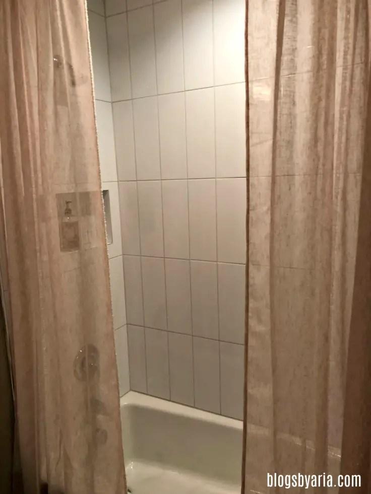 Guest room shower with vertical tile backsplash
